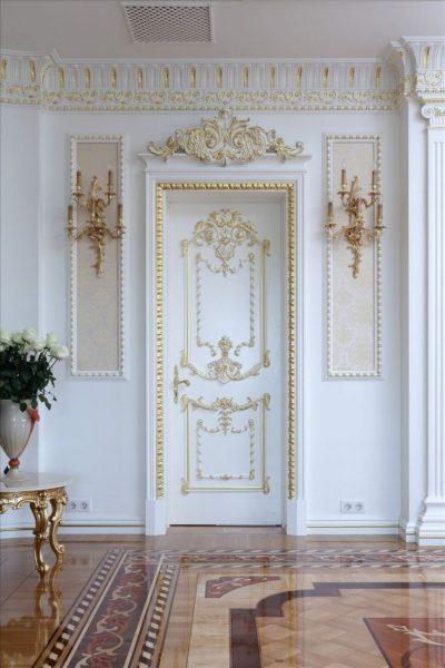 Дверь с росписью и позолотой в классической гостиной