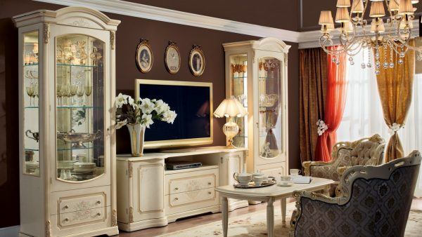 Шкаф витрина в классическом стиле
