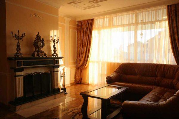 Угловой кожаный диван в классической гостиной