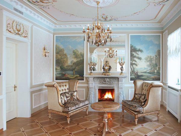 Классический интерьер гостиной с камином.