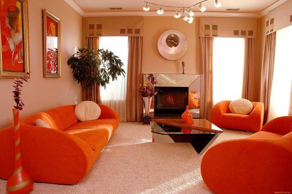 Яркая гостиная в оранжевых тонах
