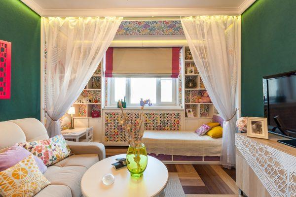 Вариант оформления потолка в гостиной спальне