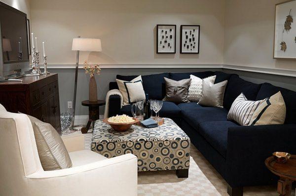 Темно-синий диван в серой гостиной