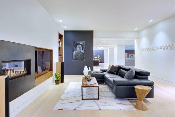 Белая гостиная комната в стиле минимализм.
