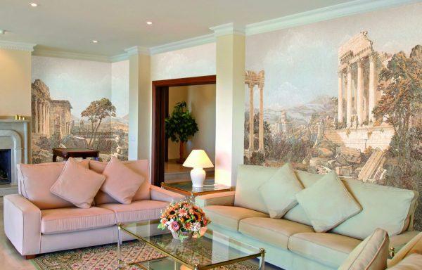 Интерьер гостиной с фресками на стенах