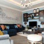 Стильный дизайн гостиной с фреской на стене