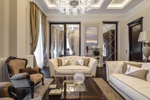 Интерьер классической гостиной с зеркалами