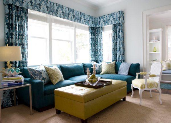 Синий диван в современной гостиной
