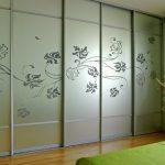 Шкаф-купе с матовыми стеклами и пескоструйным рисунком