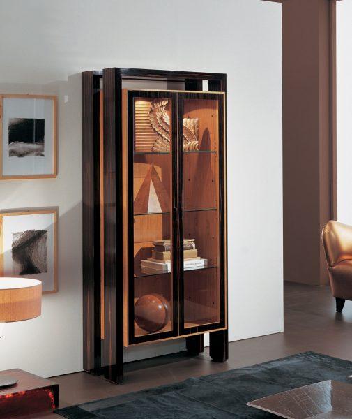 Современный шкаф витрина в гостиной