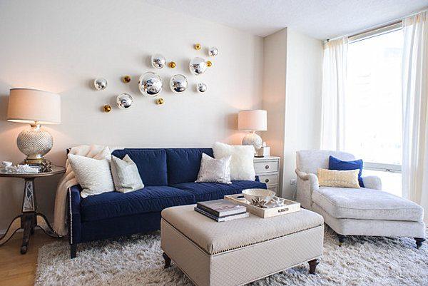 Интерьер гостиной с синим диваном