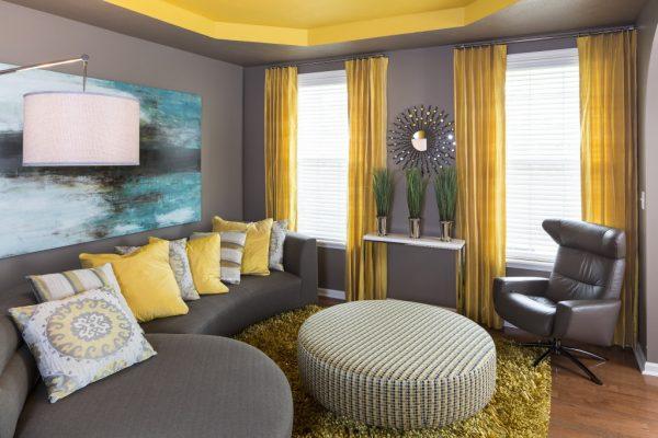 Сочетание желтого и серого цвета в интерьере гостиной