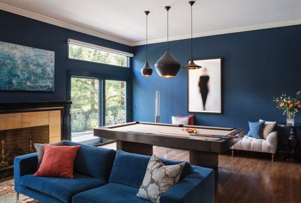 Полностью синий интерьер просторной гостиной.