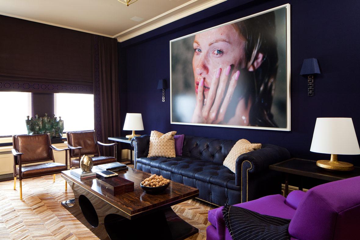 Темные стены в интерьере гостиной фото