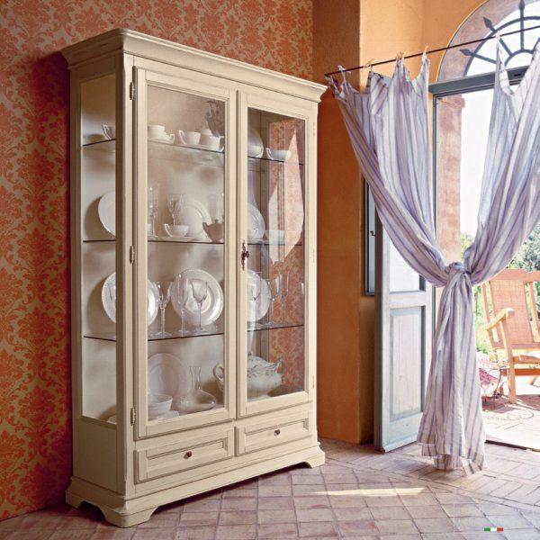 Шкаф витрина в гостиной