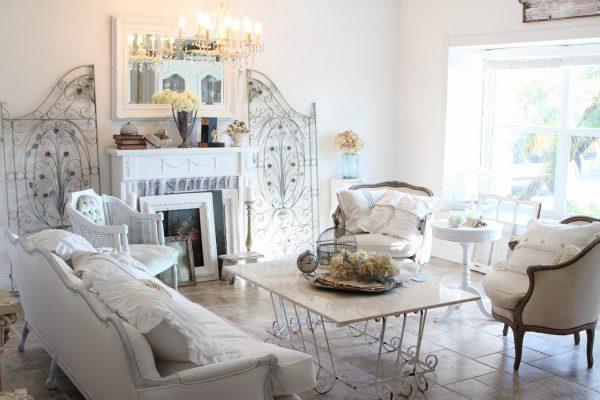 Романтичный интерьер гостиной в стиле шебби-шик