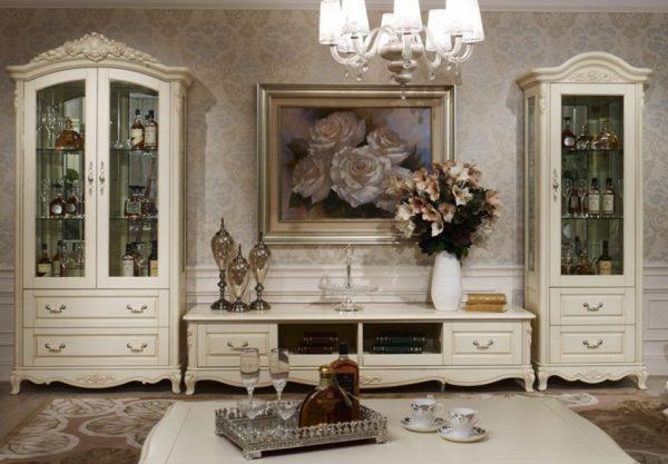 Шкаф витрина в интерьере гостиной в классическом стиле
