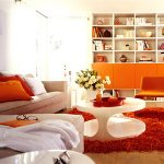 Спокойный монохромный интерьер гостиной с яркими оранжевыми акцентами
