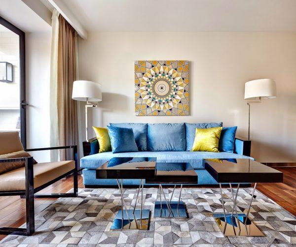 Практичный светло-синий диван в интерьере гостиной