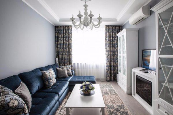 Синей диван в узкой гостиной