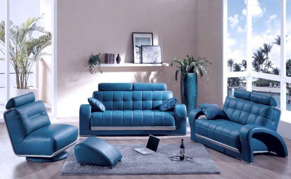 Синий кожаный диван в интерьере стильной гостиной
