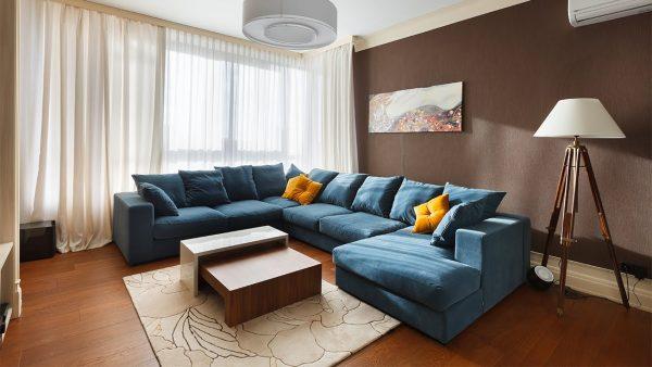 Коричневая гостиная с синим диваном