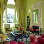 Темно-вишневый цвет в интерьере зеленой гостиной