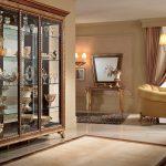 Классический шкаф-витрина в интерьере гостиной