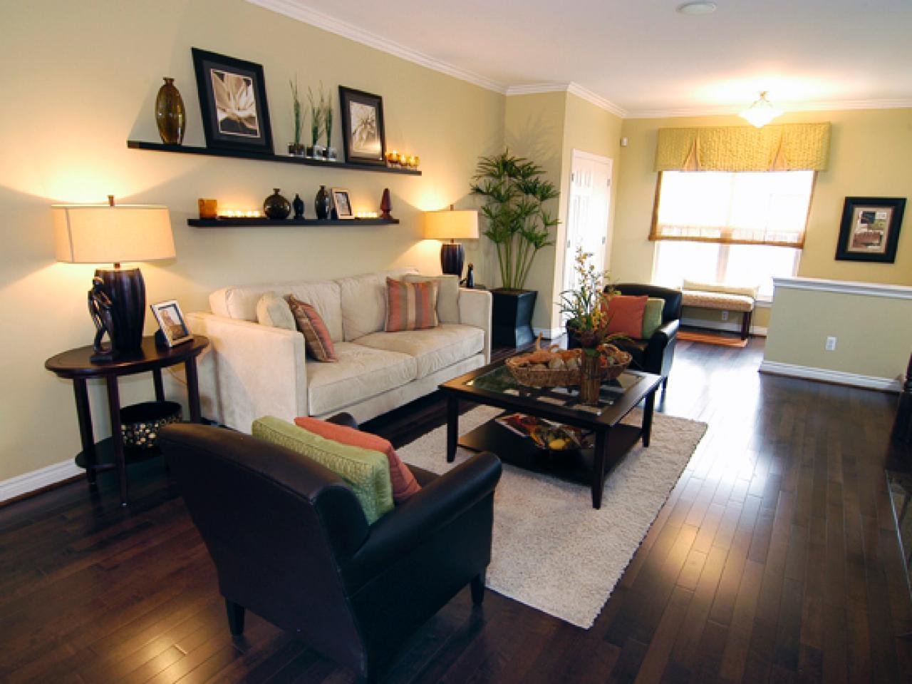 Интерьер гостиной с полками над диваном