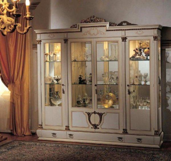 Роскошный шкаф витрина из массива