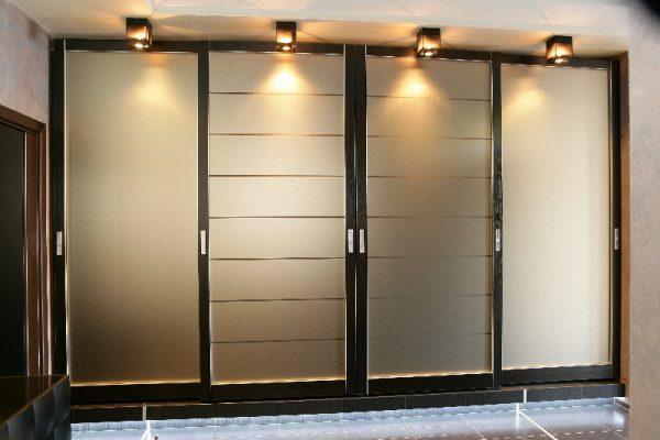 Шкаф-купе с матовыми стеклами с подсветкой