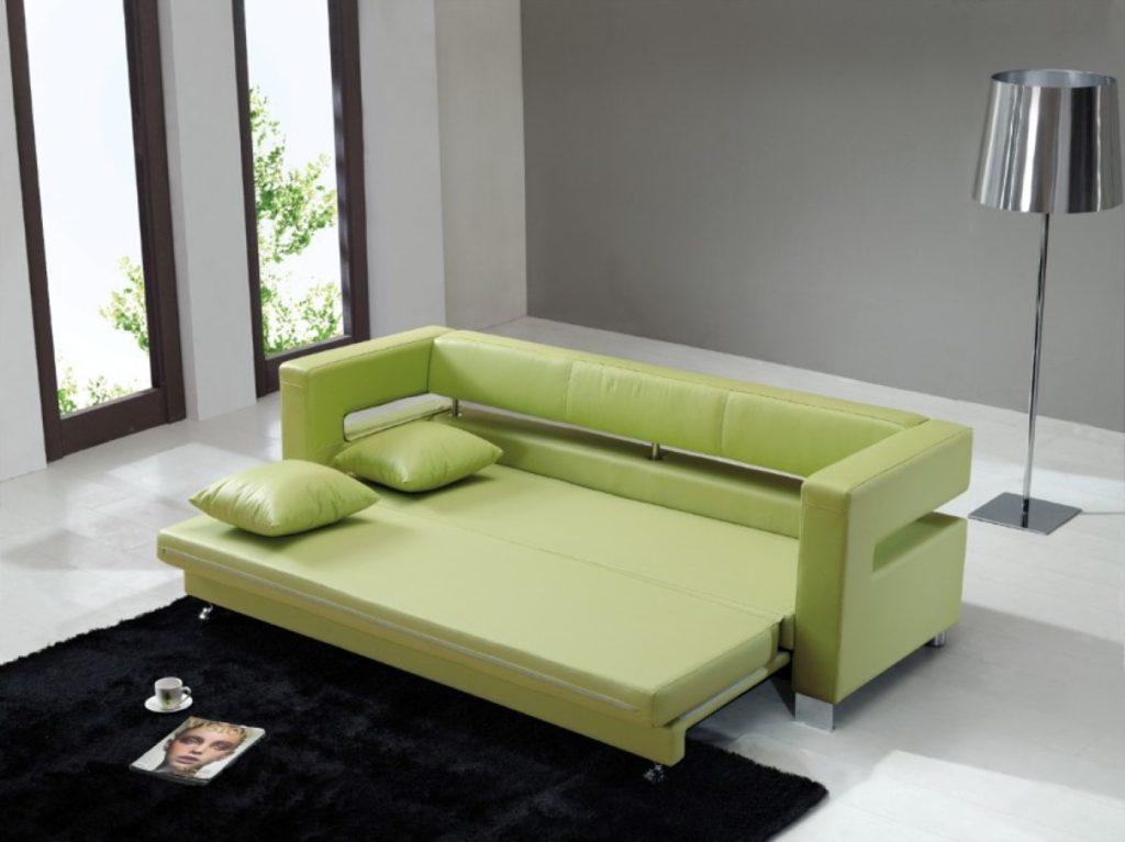 Раскладной диван в интерьере гостиной спальни