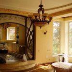 Арка из дерева с витражными стеклами