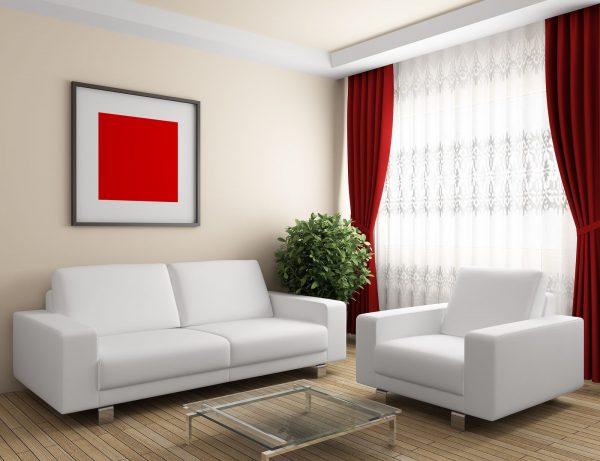 Яркие элементы декора в светлой гостиной