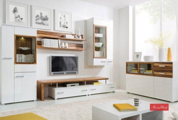 Белая корпусная мебель в яркой гостиной