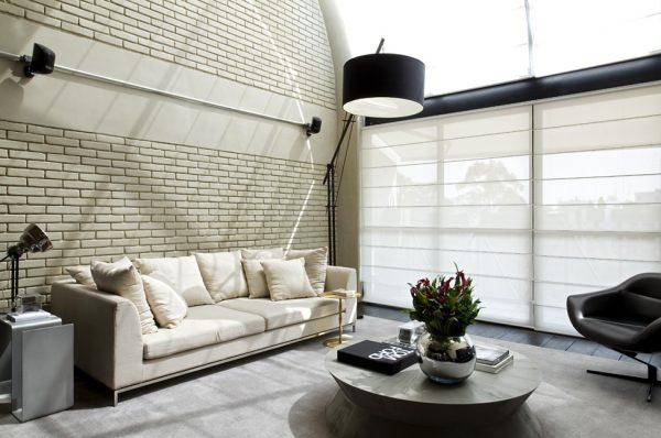 Белый диван в интерьере в стиле лофт