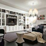 Классическая гостиная с белой мебелью и фортепиано