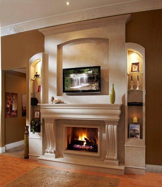 Интерьер гостиной с камином и телевизором над ним