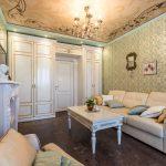 Роспись на потолке в гостиной в классическом стиле