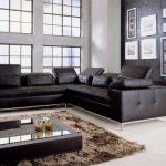 Большой угловой черный диван в гостиной