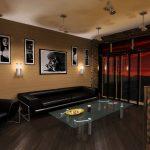 Черный кожаный диван в современной гостиной в загородном доме