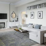 Черно-белые фото над диваном