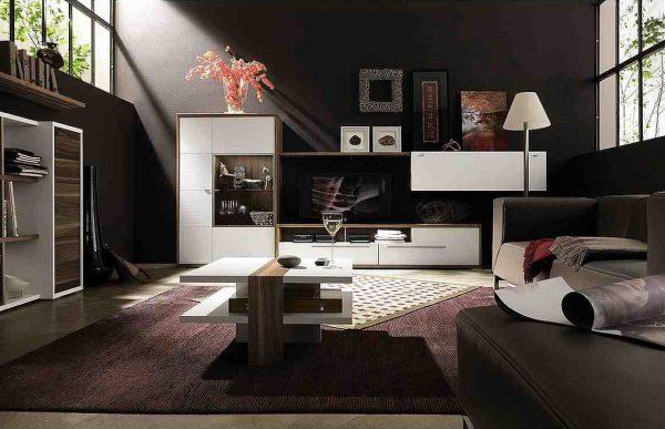 Светлая мебель в темной гостиной