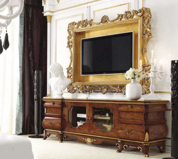 Телевизор в золоченой раме в классическом интерьере