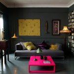 Яркие элементы в декоре темной гостиной