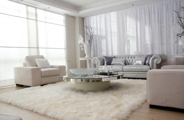 Белый ковер с длинным ворсом для гостиной