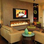 Интерьер гостиной с камином и телевизором