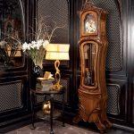 Старинные часы в интерьере гостиной