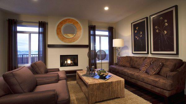 Коричневый цвет в интерьере гостиной с камином