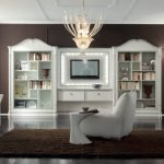 Гостиная в коричневых тонах с белой мебелью